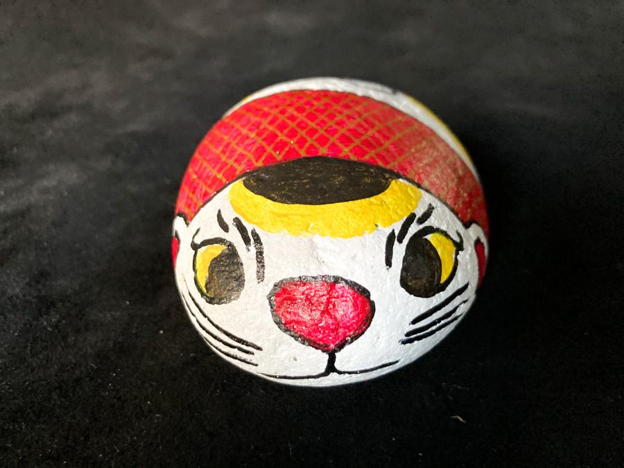 金色の網目がシックな福石猫